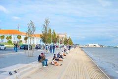 人堤防江边里斯本葡萄牙 库存图片