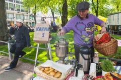 年轻人增加在俄国式茶炊,赫尔辛基的木柴 库存图片