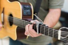 人声学吉他的吉他演奏员 库存照片