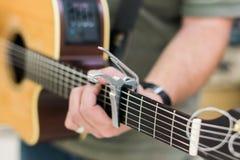 人声学吉他的吉他演奏员 免版税图库摄影
