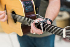 人声学吉他的吉他演奏员 库存图片