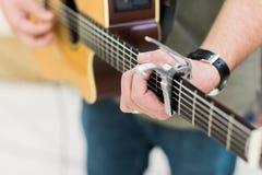 人声学吉他的吉他演奏员 免版税库存照片