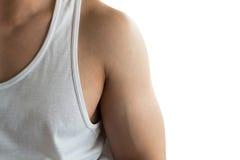 年轻人大肌肉胳膊穿戴白色背心的身体局部 库存图片