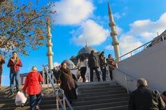 人大量在Eminonu移动地下过道台阶在伊斯坦布尔 库存照片