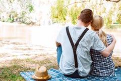 人夫妇坐盖子和拥抱 免版税库存图片