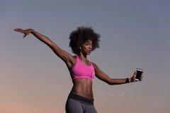 年轻黑人女孩跳舞户外 免版税图库摄影