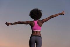 年轻黑人女孩跳舞户外 免版税库存图片