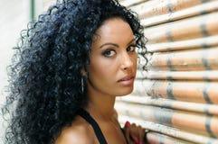年轻黑人女孩,非洲的发型,与非常卷发 免版税库存图片