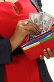黑人女孩从钱包得到金钱 库存图片