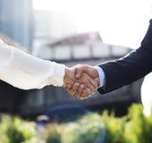 人妇女企业协议手震动 免版税库存图片