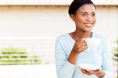年轻黑人妇女咖啡 免版税库存图片