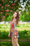 年轻巴黎人妇女在Tuileries庭院里在一棵桃红色栗树下 免版税库存照片