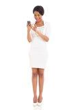 黑人妇女巧妙的电话 库存照片