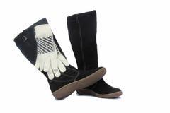 黑人妇女的冬天起动和白色手套。 免版税库存照片