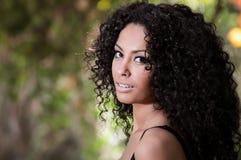 年轻黑人妇女,非洲的发型,在都市背景中 库存图片