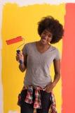 黑人妇女绘画墙壁 免版税库存图片