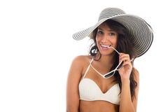 黑人妇女画象白色比基尼泳装的有草帽的 免版税库存图片