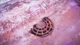 人孔盖在冬天 库存照片