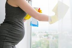 年轻人孕妇清洗窗口 库存图片