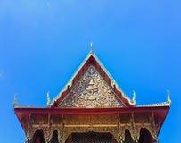 人字屋顶寺庙和天空在泰国 免版税库存图片