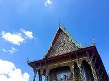 人字屋顶寺庙和蓝天 库存图片