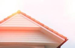 人字屋顶有屋顶的葡萄酒房子 免版税库存图片