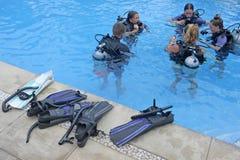 人学会对在一个水池的水肺下潜在拉罗通加厨师 库存图片