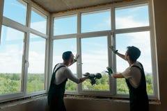人安装一个窗口 免版税图库摄影
