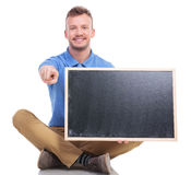 年轻人安装了有黑板点的人在您 库存照片