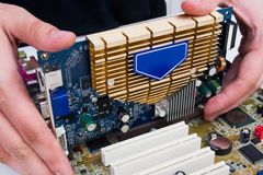 人安装GPU硬件。 库存照片