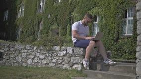年轻人完成书写在膝上型计算机并且走开 影视素材