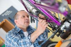 人定象自行车把商店引入 库存照片