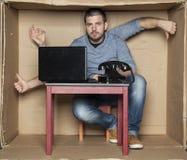 年轻人实习生显示姿态手 免版税库存照片
