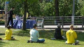 人实践法轮大法在城市公园 影视素材