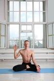 人实践的瑜伽 莲花姿势 库存图片