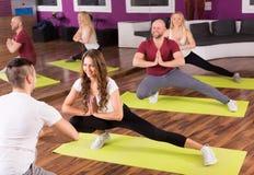 人实践的瑜伽 库存图片