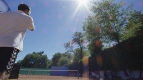 人实践的网球在阳光下服务 股票视频