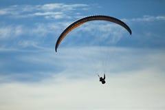 人实践的滑翔伞极端体育 免版税库存照片