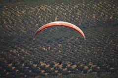 人实践的滑翔伞极端体育 免版税库存图片