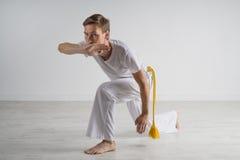 人实践的capoeira,巴西武术 库存照片
