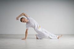 人实践的capoeira,巴西武术 库存图片