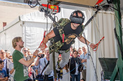 人实验者感觉与虚拟现实和飞行模仿计算机程序ha的设施模拟器skydiving的玻璃 免版税库存照片