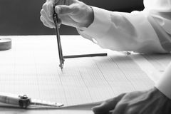 人审查与分切器的图纸 免版税图库摄影