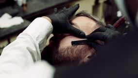 人客户参观的haidresser特写镜头在理发店,胡子饰物的 股票录像