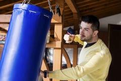 年轻人室外拳击的锻炼 图库摄影