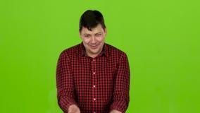 人对什么惊奇他看见了,他在震动,微笑 绿色屏幕 股票视频