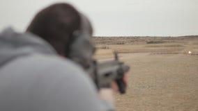 人射击半自动攻击步枪射击爆炸的目标 影视素材