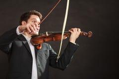 年轻人小提琴手震惊,打破的弓 免版税库存图片