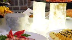 人小组承办酒席自助餐食物室内在豪华餐馆用五颜六色的肉 股票视频