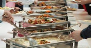 人小组承办酒席自助餐食物室内在豪华餐馆用肉五颜六色的水果和蔬菜 关闭 影视素材